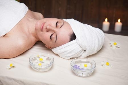 Das schöne Mädchen liegt in der Spa-Massage Sauna