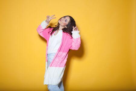 humilde: hermosa chica en ropa de colores agitando las manos