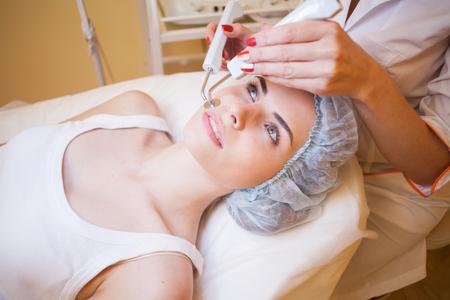 Cosmetology doctor maakt gezichtsprocedures
