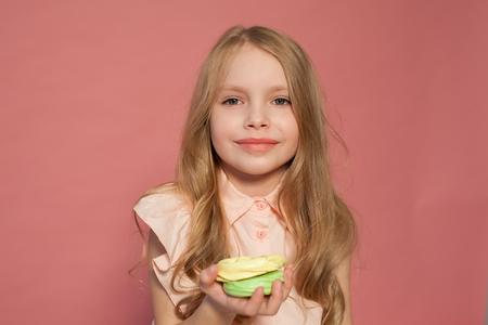 petite fille à la main tient un bonbon gâteau cupcake sucré Banque d'images