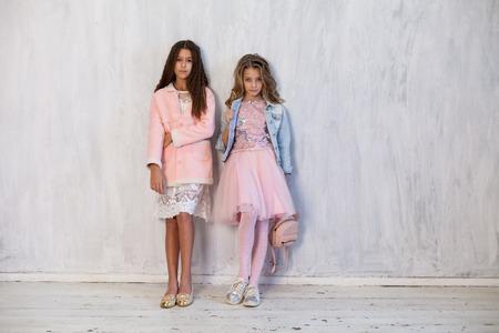 two fashionable girls girlfriend in school uniforms 免版税图像