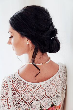 Ritratto in studio d'arte di moda in bianco e nero di bella donna elegante
