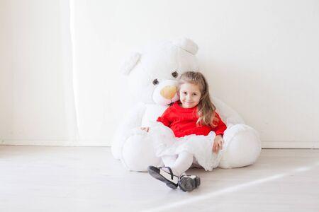 Hermosa chica con osito de peluche