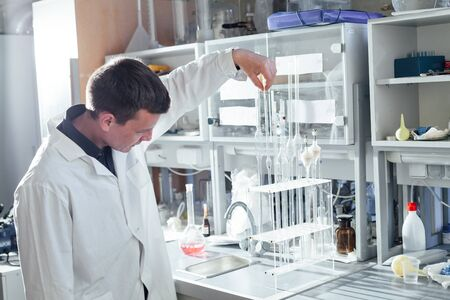 scientist conducts experiments with liquids in the medical laboratory Stockfoto