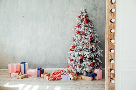 Weihnachten verschneiter Weihnachtsbaum mit Geschenken in einem weißen Raum im Winter 1
