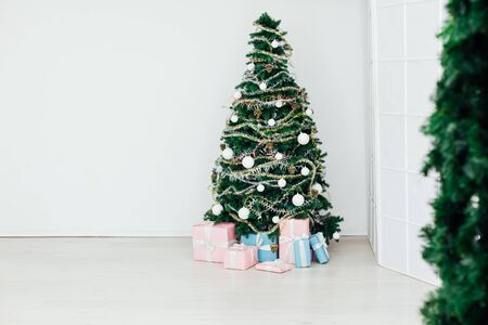 green Christmas tree with gifts decor for the new year Banque d'images - 133157612