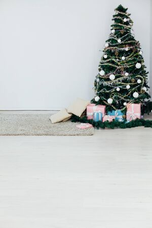 green Christmas tree with gifts decor for the new year Banque d'images - 133169536