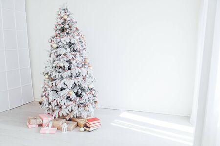 Neujahr Weihnachtsbaum Winterurlaub Geschenke Inneneinrichtung Postkarte Standard-Bild