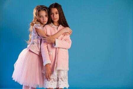 분홍색과 흰색 드레스를 입은 두 명의 아름다운 유행 소녀 여자 친구