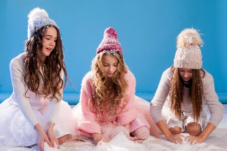 Three beautiful fashionable girl girlfriends in a hat cold winter snow Stockfoto