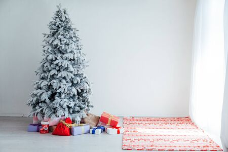 Merry Christmas tree gifts new year House Interior Stockfoto