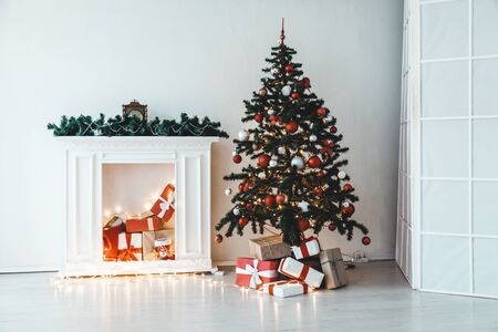 Christmas tree with gifts in the interior of the white room decor for the new year 版權商用圖片 - 134013212