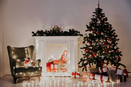 Christmas tree garland lights with gifts of new year holiday winter 版權商用圖片 - 134013214