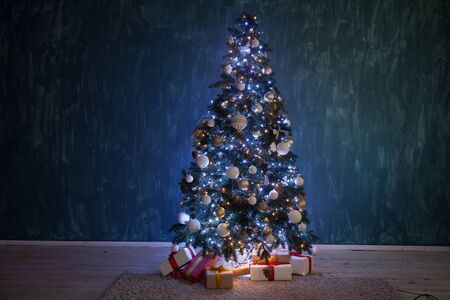Christmas tree garland lights with gifts of new year holiday winter 版權商用圖片