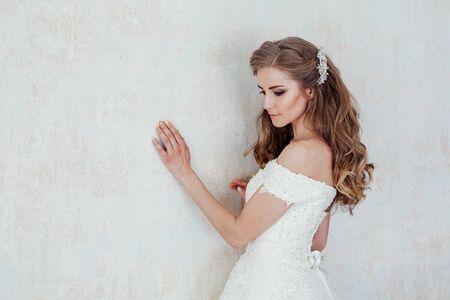 ein Portrait der Braut vor der Hochzeit im weißen Kleid