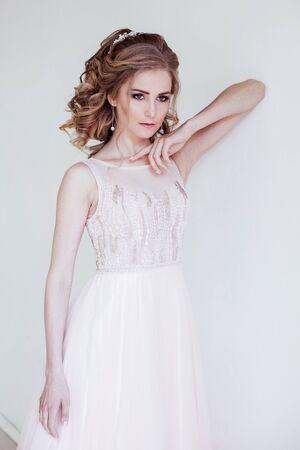 tender bride in a white room before the wedding 版權商用圖片 - 134012035