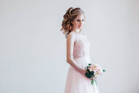 bride in a pink wedding dress and bouquet of flowers 版權商用圖片 - 134012036
