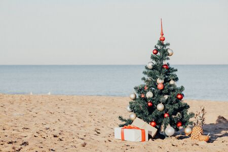 Christmas tree with the gift of tropical resort on the beach 版權商用圖片 - 134880234