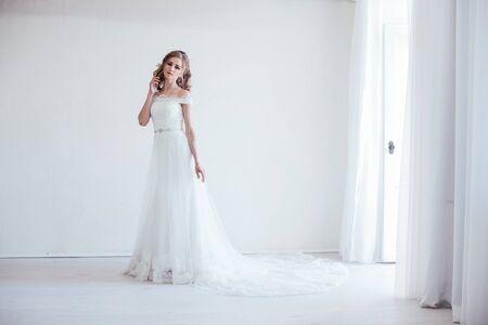 mariée en robe de mariée dans une salle blanche