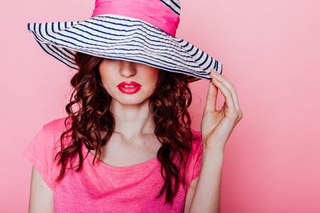 the girl in the hat on a pink background pinup Zdjęcie Seryjne