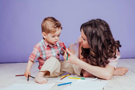mother and young son play paint crayons Zdjęcie Seryjne