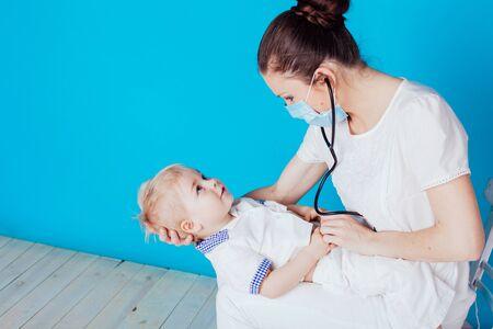 the doctor listens to the little boy stethoscope 版權商用圖片