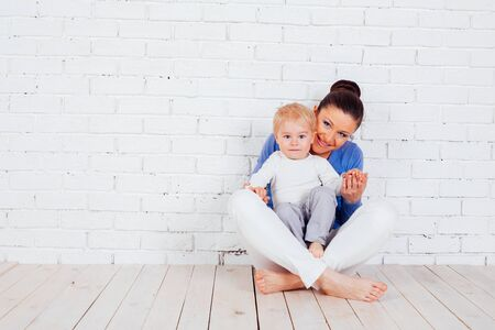 mom and young boy sitting on the floor 版權商用圖片