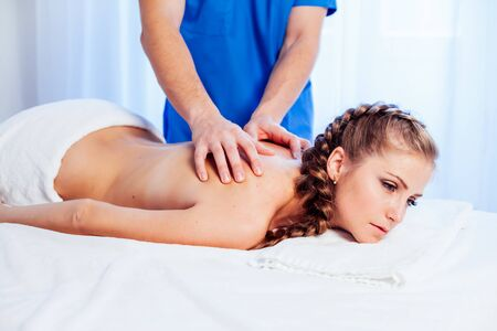 girl masseur doing massage back spa health 版權商用圖片
