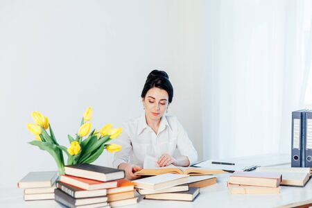 girl reading book at the table in the Office business 版權商用圖片 - 134881384