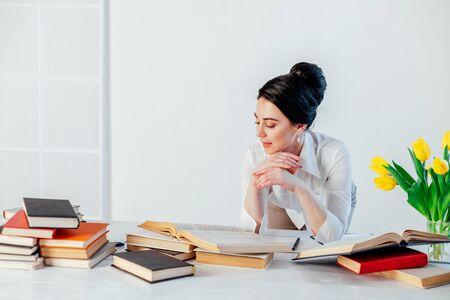business girl sits in the Office paper folders Secretary 版權商用圖片 - 134881393