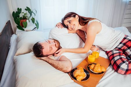 man and woman breakfast in bed morning 版權商用圖片 - 134881347
