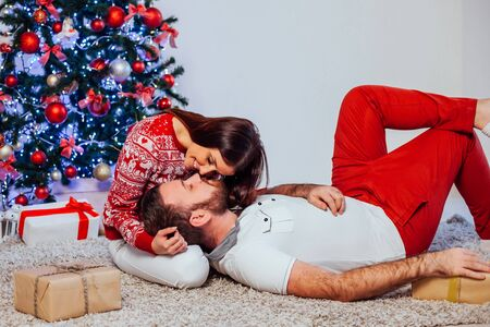 a guy with a girl open Gifts Christmas new year 版權商用圖片