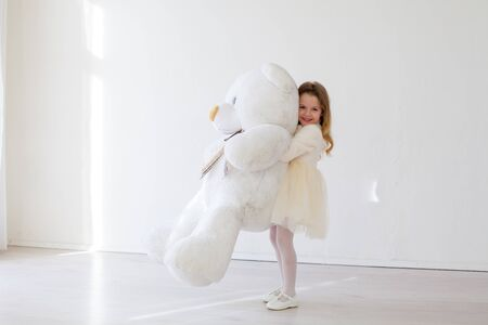 Girl with soft polar bear toy gift Foto de archivo - 134881138