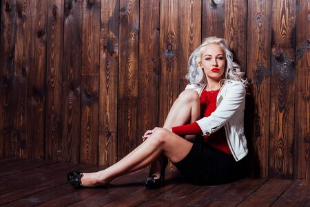 blonde girl with red lips is a wooden wall Banque d'images - 135493132