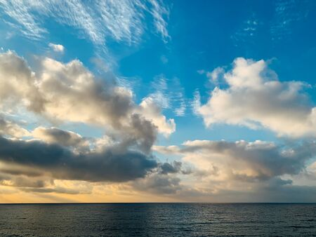 landscape of the sea horizon with sky with clouds at sunset 版權商用圖片