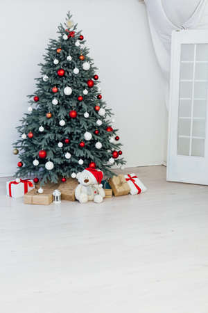 Christmas tree with gift decor for the new year winter in the white holiday card room Stockfoto