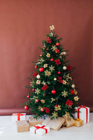 Christmas tree pine with gifts for the new year postcard banner brown background Stockfoto
