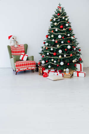 Christmas interior of the Christmas tree pine new year presents a postcard Imagens