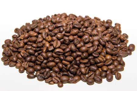 ein Haufen frisch gerösteter Kaffeebohnen isoliert auf weißem Hintergrund.
