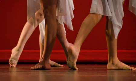 pies bailando: Los pies de los bailarines de ballet Foto de archivo