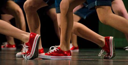 danza contemporanea: Los pies de los bailarines de hip-hop Foto de archivo