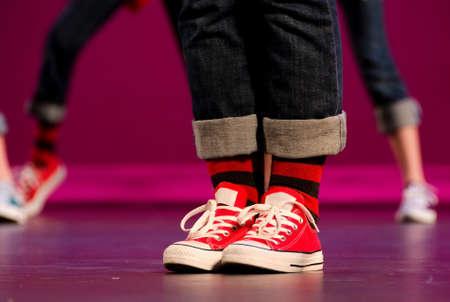 pies bailando: Pies de un artista de hip-hop en zapatillas rojas Foto de archivo
