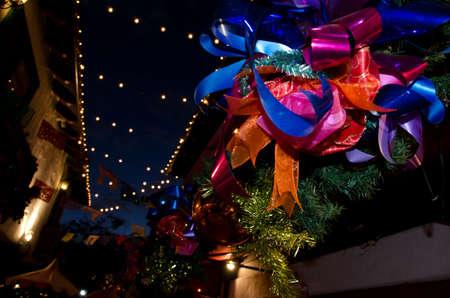 cicuta: decoraciones de Navidad en los techos del casco antiguo, cerca de Taylor Street, San Diego