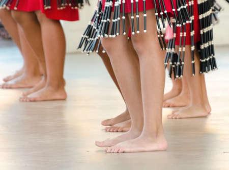 Jambes de danseurs de hula se produisant à Waikoloa, Big Island Banque d'images