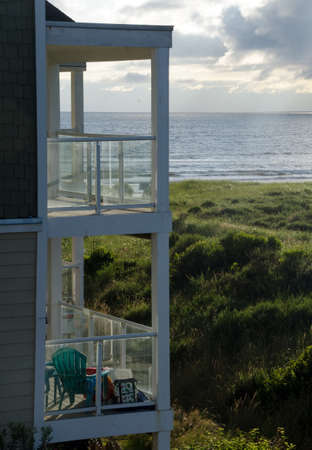 Green bench chair on the balcony of second floor facing ocean sunset in Westport, Grays Harbor 免版税图像