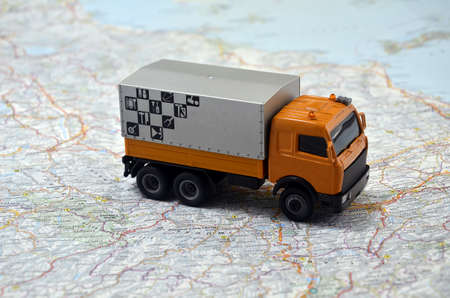 イタリア マップ上の小さな白いおもちゃコンセプトカー