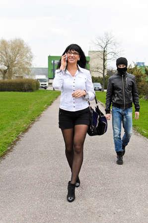 robo: Ladrón sigue a su víctima en la luz del día en la calle
