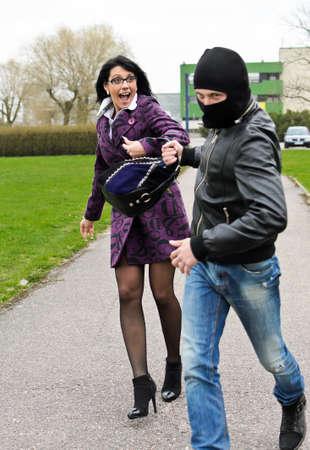 robando: Daylight Robbery en la calle. Ladr�n roba un bolso.