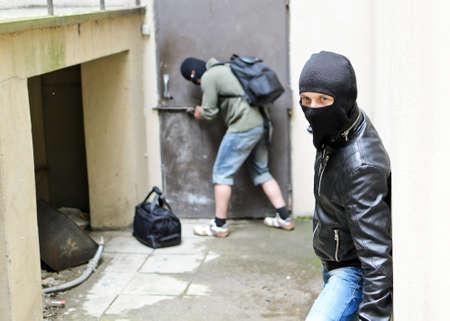1 つの強盗強盗ドアは第二に目を光らせては開くしようとすると