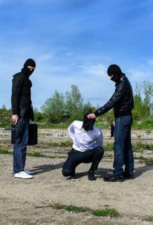 conflictos sociales: Dos pistoleros enmascarados tratando de matar a empresario